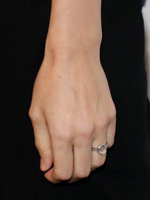 天然钻石订婚戒指