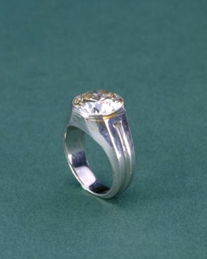 故宫博物院藏白金镶钻石戒指